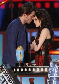 robert-pattinson-kristen-stewart-best-kiss